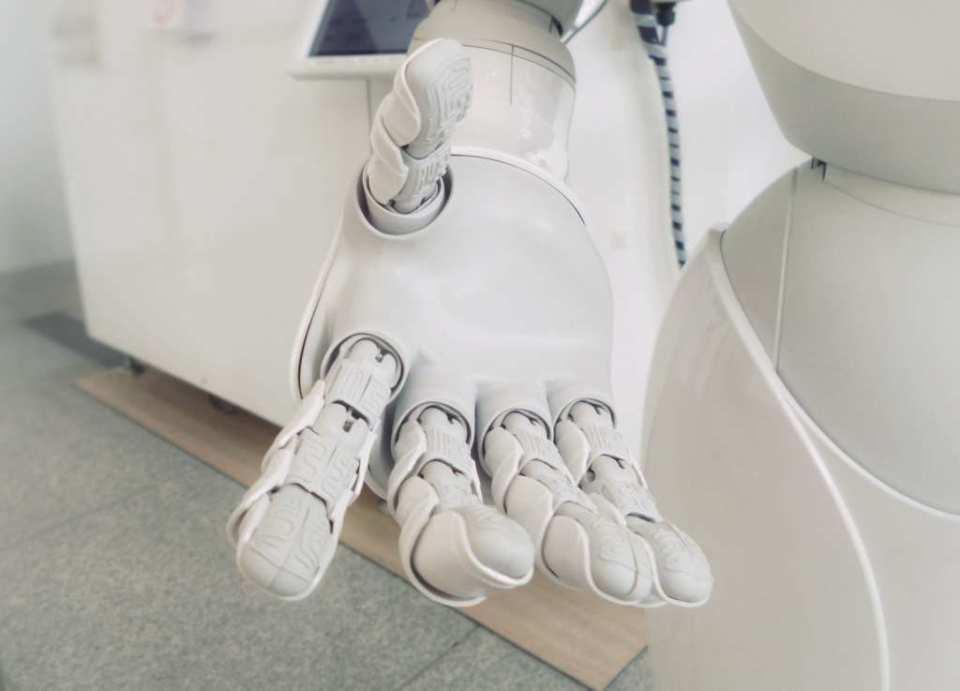 AIはプログラミングで作れる!言語からおすすめのスクールまで【入門】